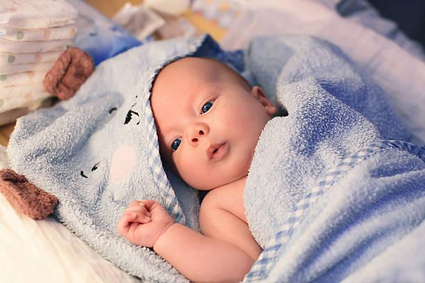 Más lindo bebé niño después de baño - foto de stock