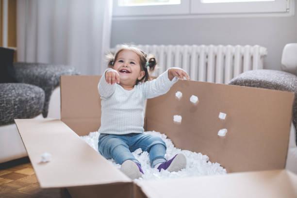 süßeste kleine kleinkind - mädchenraum vorhänge stock-fotos und bilder