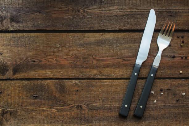 besteck rustikal, zum essen oder servieren (gabel, messer, löffel). lebensmittelhintergrund. kopierraum - chrome menü stock-fotos und bilder