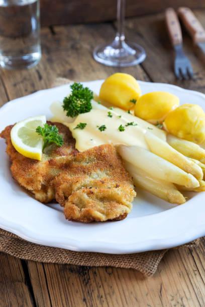 schnitzel mit spargel und kartoffeln - sauce hollandaise stock-fotos und bilder