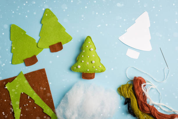 cut-outs fichte spielzeug. stoff-kunsthandwerk für kinder schritt für schritt. wie erstelle ich einen niedlichen filzen weihnachtsbaum. gesetzt, um eine baby spielzeug zu schaffen. fun handgemachte idee für kinder - nähpuppen stock-fotos und bilder