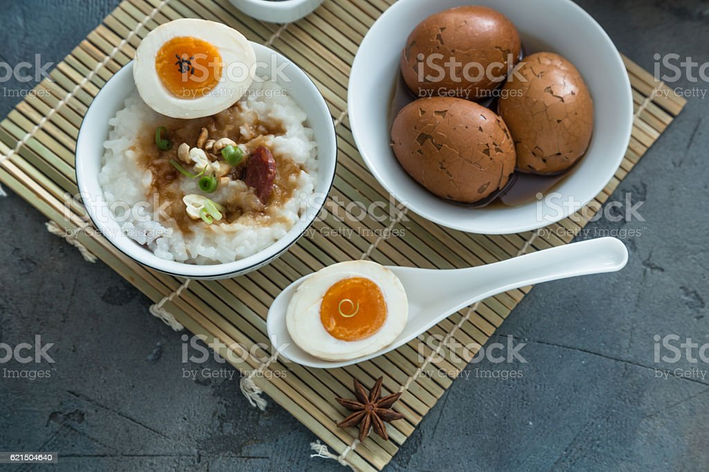 Cutted tea egg with star anise on bamboo mat foto stock royalty-free