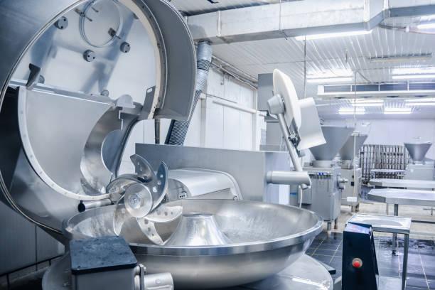 fräser. industrielle messer zum schleifen von fleisch. fabrik für die herstellung von wurst- und fleischspezialitäten. hintergrund - nahrungsmittelfabrik stock-fotos und bilder