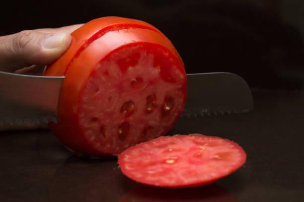 cortar un tomate maduro - negras maduras fotografías e imágenes de stock