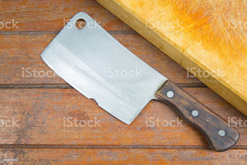 cutting board and old meat cleaver on wooden background – Foto