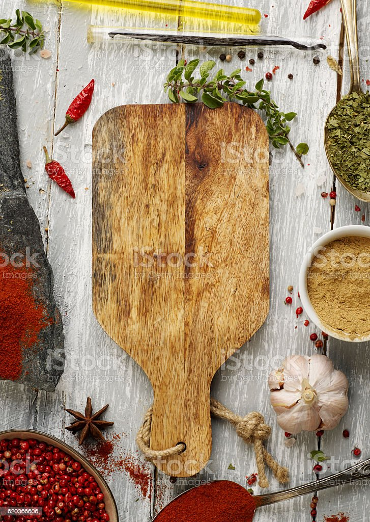 Cutting board and spices foto de stock royalty-free