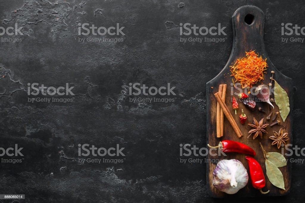 placa de corte com tempero e lugar para texto - foto de acervo