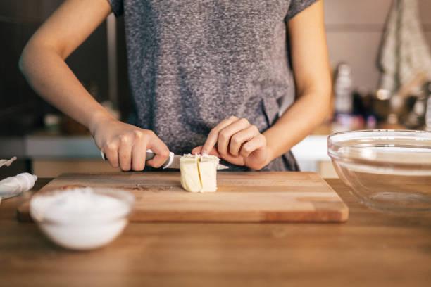snijden boter - boter stockfoto's en -beelden