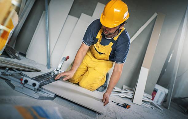 cutting ceramic tiles. - keramik fliesen handwerk stock-fotos und bilder
