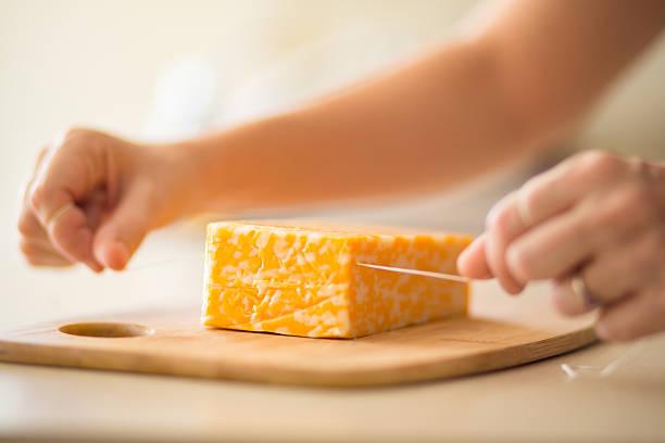 schneiden käse mit ziehen küche hack - schnittkäse stock-fotos und bilder