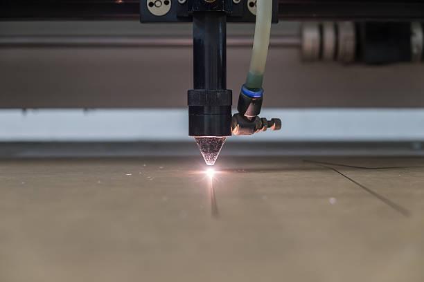 machine de découpe des motifs sur la plaque en plastique - gravure à photos et images de collection