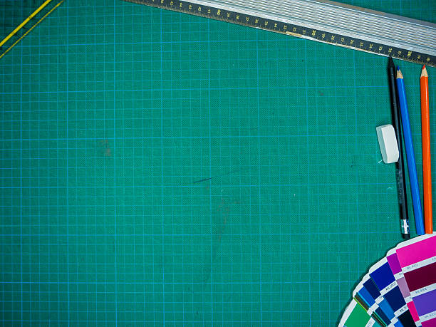 Cutting mat with various stationary tools, shot from above – Foto