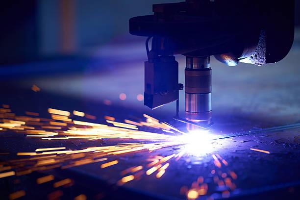 laserowe cięcie metalu z osocza - ciąć zdjęcia i obrazy z banku zdjęć