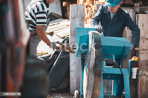Cutting of wood with a circular saw