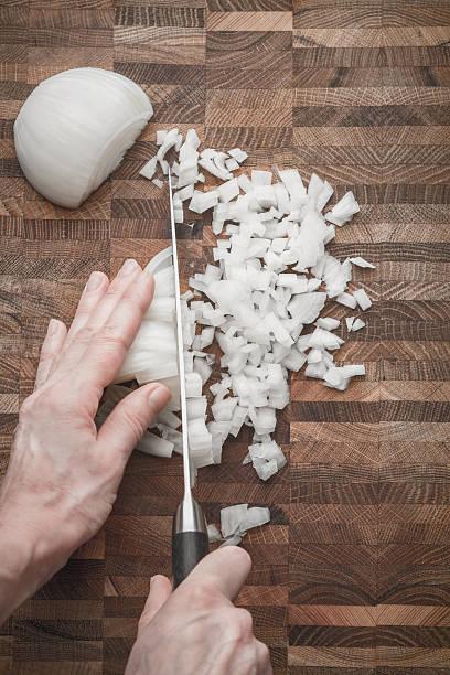Schneiden Zwiebeln auf dem hölzernen Bord vertikal – Foto