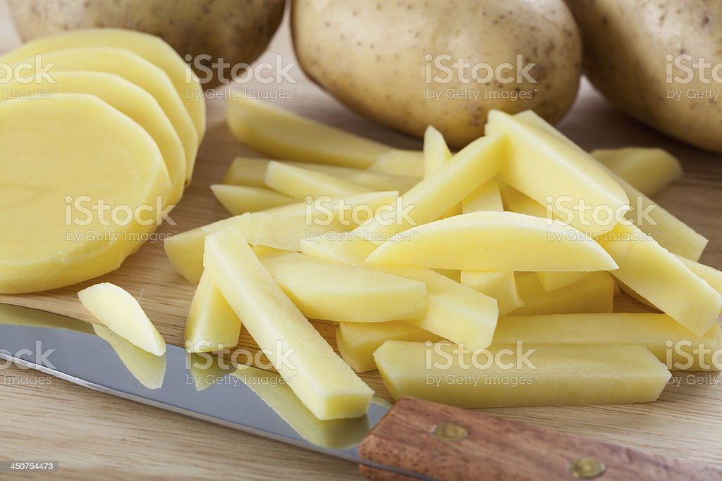 Schneiden Kartoffeln in chips – Foto