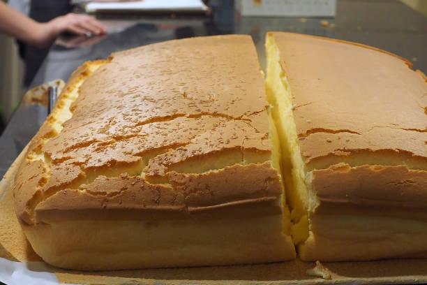 cutting the enormous large chiffon cake - pandan składnik zdjęcia i obrazy z banku zdjęć