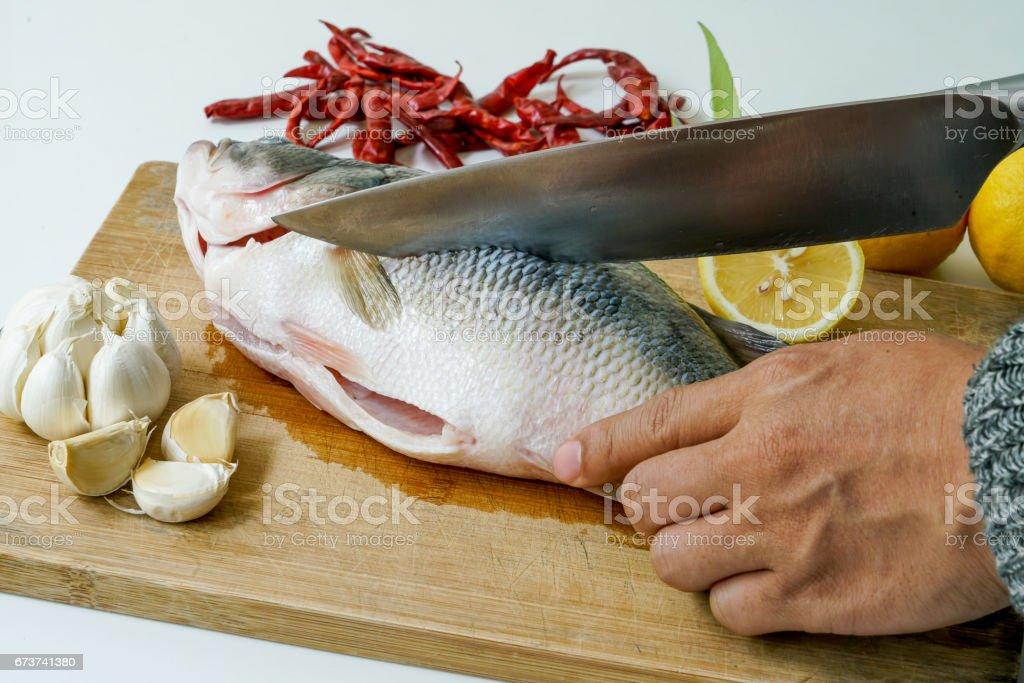 Balık levrek Buhar limon, sarımsak ve biber - Tay dili için kesme gıda, izole beyaz arka plan üzerinde royalty-free stock photo