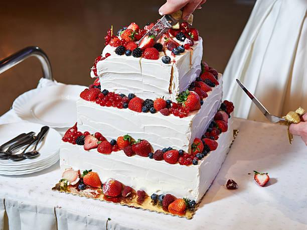 Hochzeitstorte Erdbeer Bilder Und Stockfotos Istock
