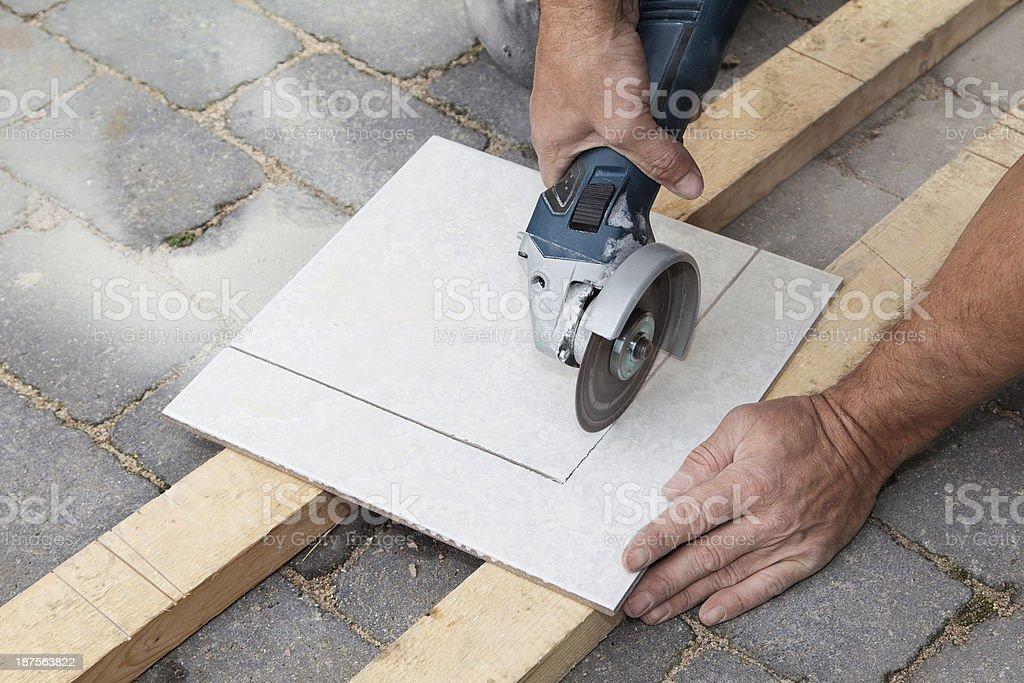 Tagliare le mattonelle con angolo di triturazione foto di stock