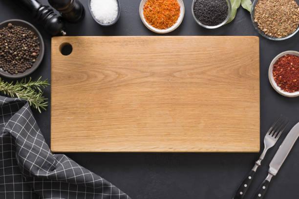 cięcie drewnianej deski z przyprawami i składnikami do gotowania i marynowania smacznych potraw. miejsce na tekst. widok z góry. - deska zdjęcia i obrazy z banku zdjęć