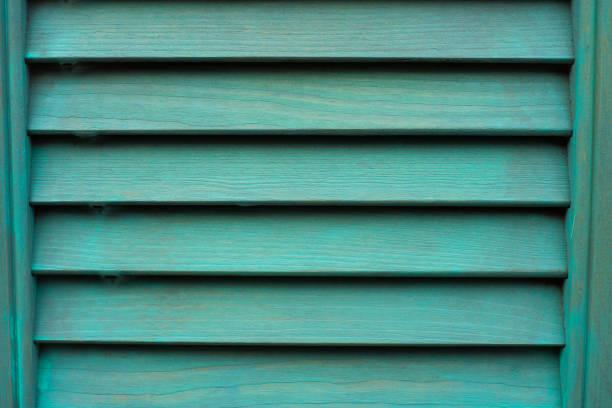 Cian ventana con persiana de madera. - foto de stock