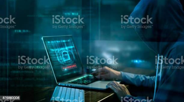 Кибератака Или Компьютерная Преступность Взлома Пароля На Темном Фоне — стоковые фотографии и другие картинки Безопасность