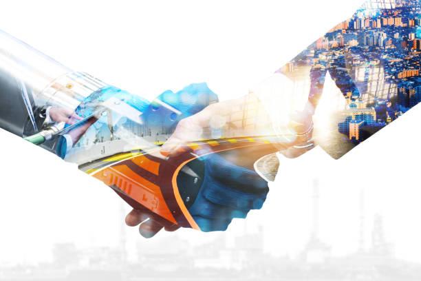 La comunicación cibernética y la tendencia robótica y la inteligencia artificial, conceptos de coches autónomos. Concepto industrial 4,0 Cyber Physical Systems. Robot y ingeniero humano sosteniendo mano con apretón de manos. - foto de stock