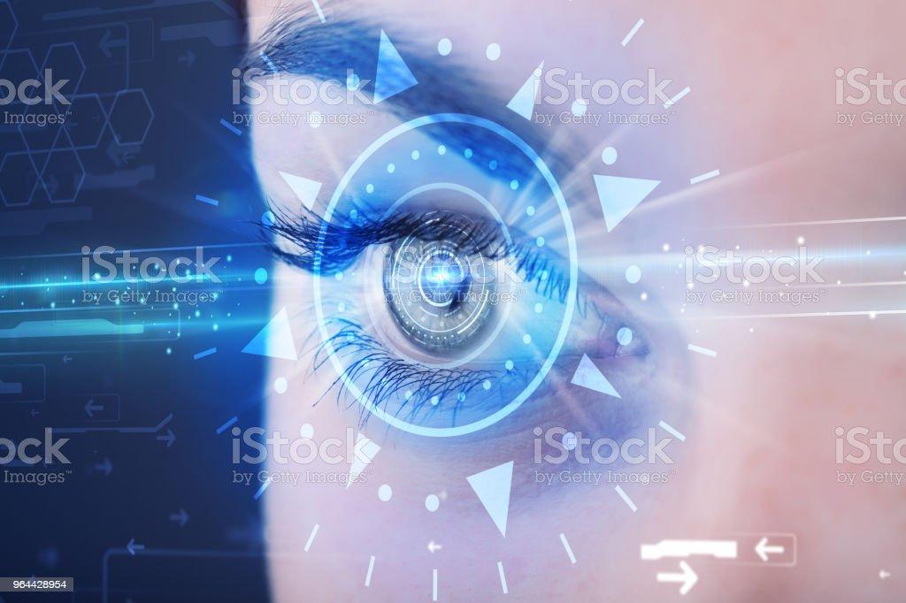 Cyber meisje met technolgy oog op zoek naar blauwe iris - Royalty-free Advies Stockfoto