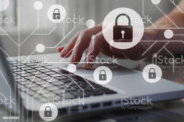Concepto De La Seguridad De Cyber Internet Gdpr Y La Ciberseguridad Protección De Datos Personales Privados Una Persona Que Usa Internet En La Computadora Portátil En El Fondo Foto de stock y más banco de imágenes de Reglamento General de Protección de Datos