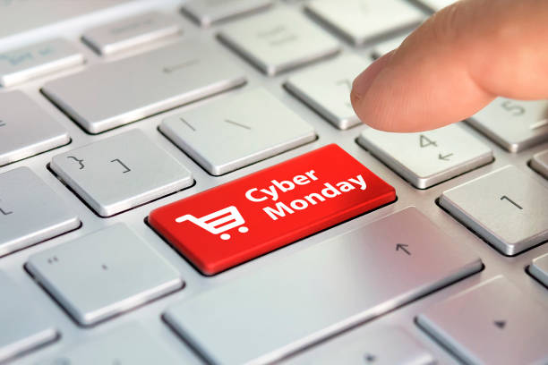 киберпонедельник на ключевой доске. покупки введите клавишу кнопки на клавиатуре. цветовая кнопка на серой серебряной клавиатуре современ - cyber monday стоковые фото и изображения