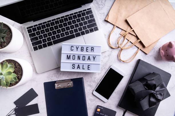 кибер понедельник продажи текста на лайтбокс, вид сверху рабочего пространства плоский лежал - cyber monday стоковые фото и изображения