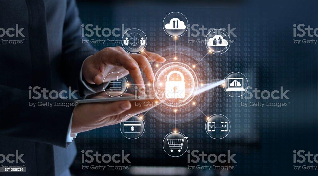 サイバー セキュリティ。仮想のディスプレイにタブレット技術およびアイコン顧客ネットワーク接続および exchange データを使用しての実業家。サイバー攻撃の概念 ストックフォト