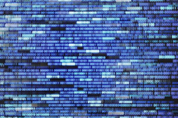 cyber-welt informationsübertragung. digitale, binäre zahlen eins und null. blau-weißen text auf schwarzem hintergrund. - binärcode stock-fotos und bilder