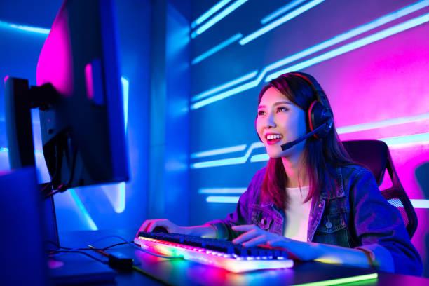 サイバースポーツゲーマーは、ライブストリームを持っています - ゲーム ヘッドフォン ストックフォトと画像