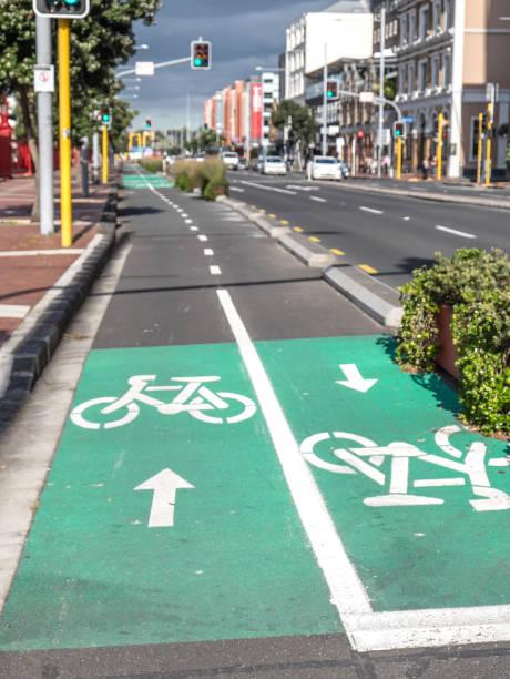 zyklus fahrspuren für fahrräder auf quay street, auckland, new zealand, neuseeland - fahrradwege stock-fotos und bilder