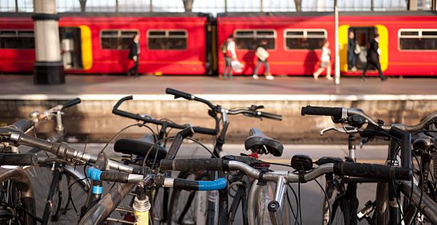 cycle zum bahnhof - fahrradhalter stock-fotos und bilder