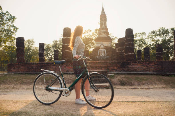 ciclo viajante - sukhothai - fotografias e filmes do acervo