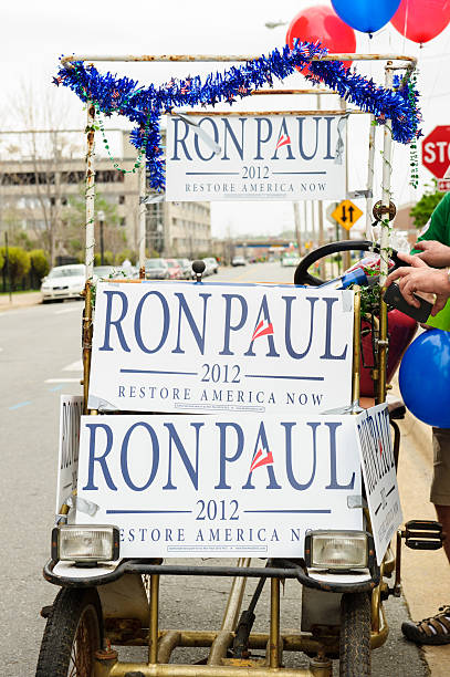 cycle vehicle decorated with political signs for candidate ron paul - ron paul 個照片及圖片檔