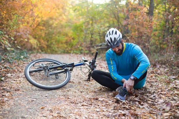 fahrradunfall - cyclocross stock-fotos und bilder