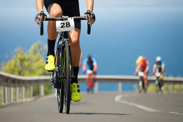 radrennen, radfahrer sportler ein rennen fahren - laufveranstaltungen stock-fotos und bilder