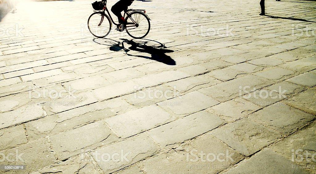 Andar en bicicleta en la ciudad de londres-inglaterra foto de stock libre de derechos