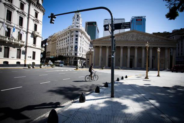 Radfahren auf leerer Stadt – Foto