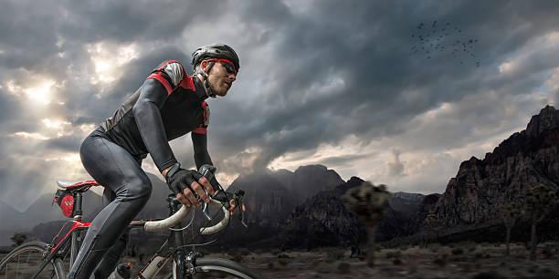 Ciclismo en las montañas - foto de stock