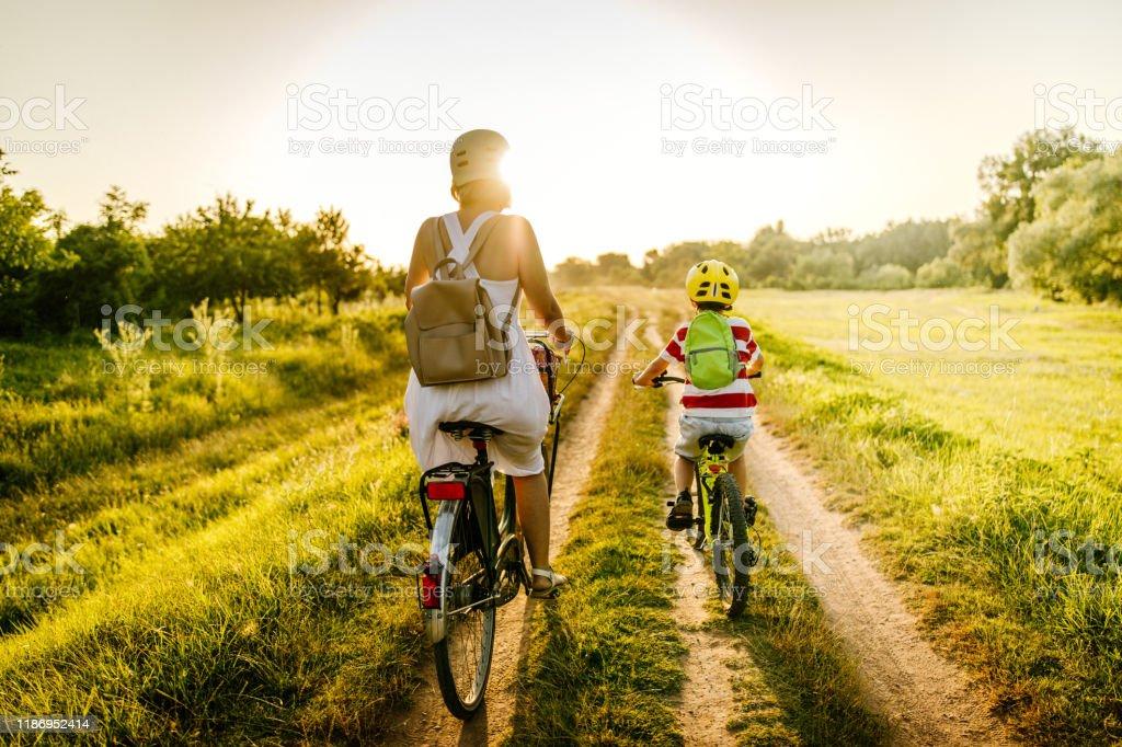 Radfahren mit meiner Mutter - Lizenzfrei 6-7 Jahre Stock-Foto