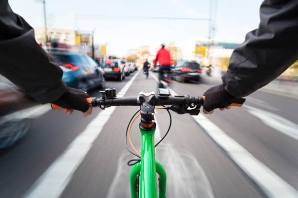 radfahrer fährt auf dem radweg vorbei am stau-first-person-ansicht von radfahrrad/bewegungsunschärfe - radwege deutschland stock-fotos und bilder