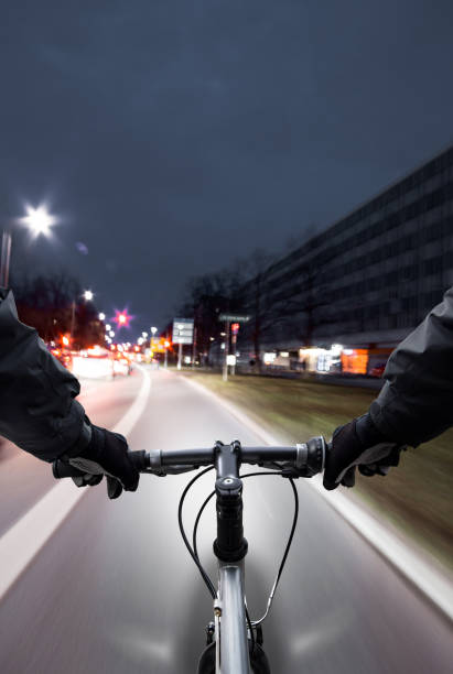 radfahrer fährt auf dem radweg vorbei an den stau - radwege deutschland stock-fotos und bilder