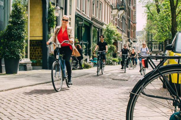 Ciclista en Amsterdam - foto de stock