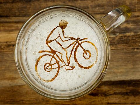 Cyclist In Beer Foam Stockfoto und mehr Bilder von Bier