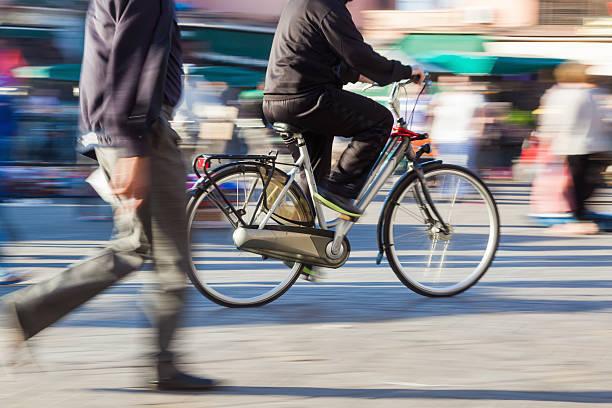 cyclist in motion - voetganger stockfoto's en -beelden